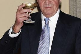 Don Juan Carlos utiliza audífonos