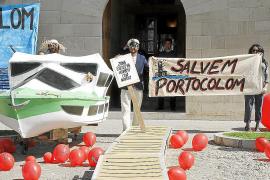 'Salvem Portocolom' se manifiesta frente al Consolat contra la ampliación del puerto