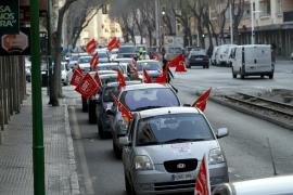 Una caravana de coches recorren Palma para informar sobre el 29-M