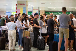 La repatriación de los turistas afectados por la quiebra de Thomas Cook en Ibiza, en imágenes (Fotos: Arguiñe Escandón).