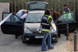 Hallan los cadáveres de una pareja abrazados en el interior de un coche en Cala Gamba