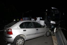 Dos heridos graves en la colisión de dos turismos y un autocar en Menorca