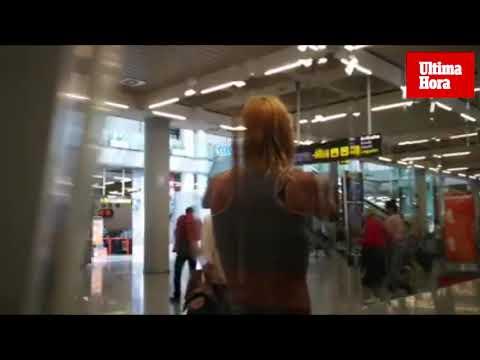 Una mujer fuera de sí destroza las pantallas del aeropuerto de Palma