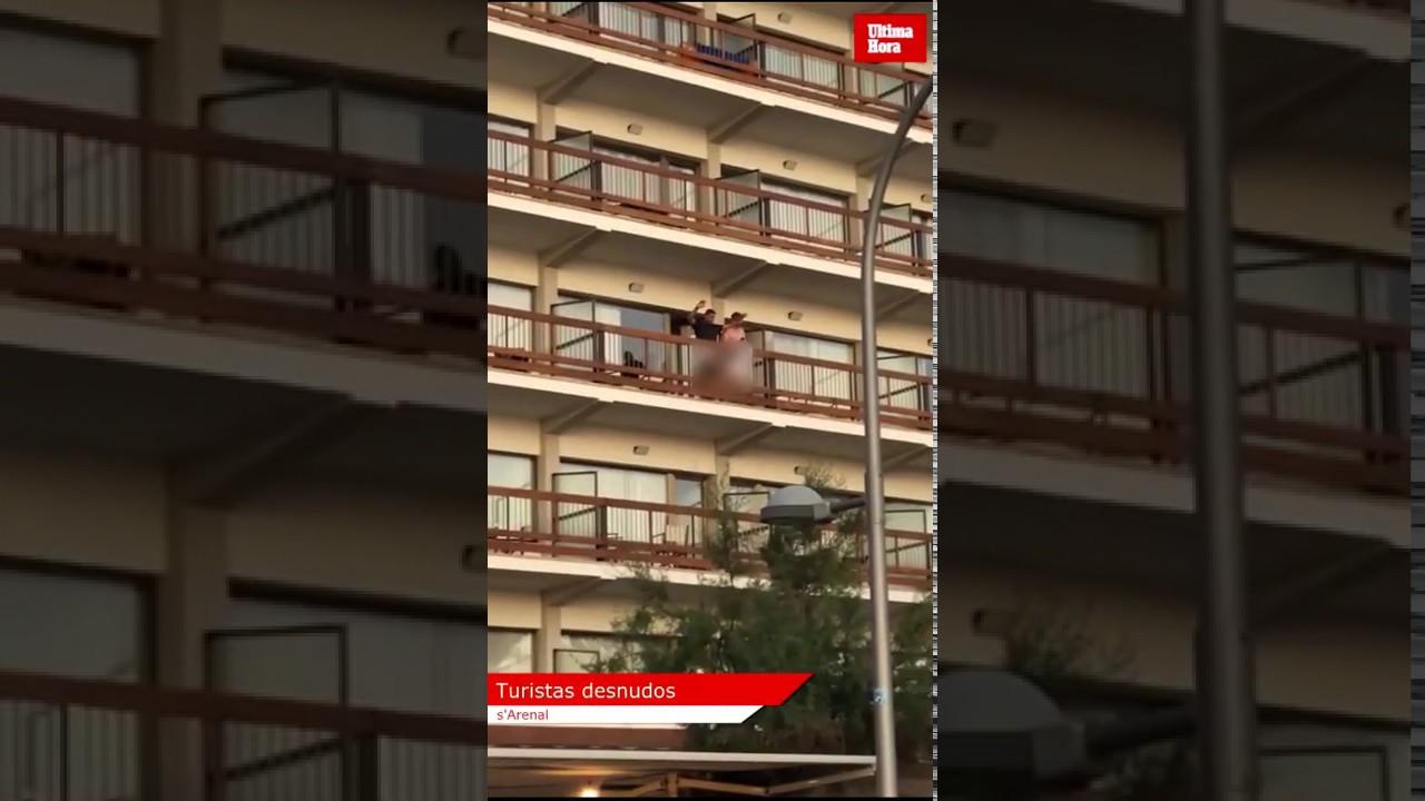 Pillan a dos turistas exhibicionistas en un balcón de un hotel del Arenal