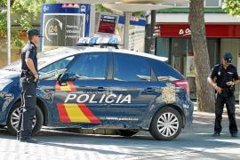 Dos falsos policías encañonan a una mujer en su casa en Palma, la agreden y le roban 15.000 euros