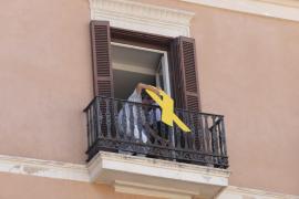 La emisión en directo de IB3 retrasa la retirada del lazo amarillo del Parlament