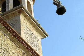La grúa comenzó a bajar las campanas a las 9 horas.
