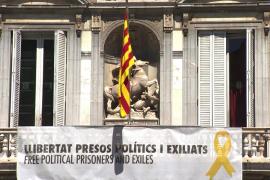Retiran la pancarta con el lazo amarillo de la fachada de la Generalitat