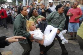 AGENTES CUBANOS EMPUJAN, ARRASTRAN Y SUBEN A AUTOBUSES A DAMAS DE BLANCO