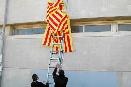 El Govern retira por sorpresa los lazos a favor del catalán