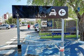 Quema un letrero del Carrefour de Palma y amenaza con prender fuego al centro