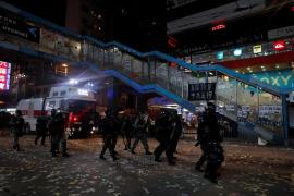 La policía de Hong Kong usa fuego real contra los manifestantes