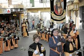 Procesión de la cofradía Santa Mónica en las calles de Els Hostalets
