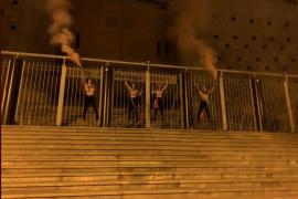 Femen se encadena en Vistalegre para decir que Vox «amenaza la democracia»