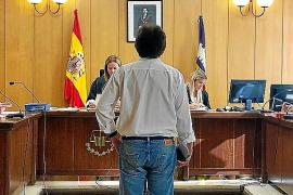 Condenado por acosar a su ex en Palma y vestir una camiseta con la foto de su nuevo novio