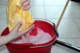 Un bebé fallece tras tener contacto con un cubo de agua con lejía cuando gateaba