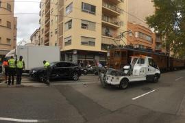 Un coche impacta contra el tren de Sóller