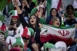Las mujeres asisten por primera vez desde la Revolución a un partido de fútbol en Teherán