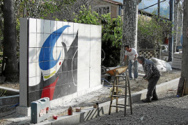 Gardy Artigas instala en Sóller un mural cerámico sobre una obra de Miró