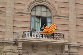 Estudiantes cuelgan en Educació y en dos institutos un lazo contra el «genocidio lingüístico» del catalán