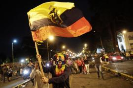 Miles de ecuatorianos festejan el final de doce días de batalla campal