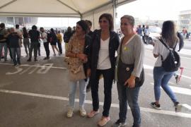 La mujer de Quim Torra participa en las protestas en el Prat