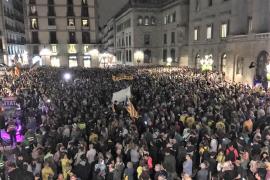 Miles de personas en la concentración de ANC y Òmnium en la plaza Sant Jaume de Barcelona