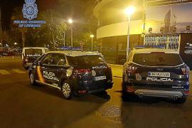 Destroza las terrazas de dos bares del Marítimo de Palma y doce vehículos tras discutir con su novia