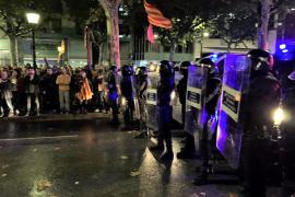 La Policía Nacional carga contra los manifestantes ante la Jefatura de Barcelona