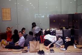 Centenares de personas pasan la noche en el aeropuerto de Barcelona tras el bloqueo