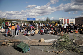 Los Mossos desalojan a los manifestantes que han cortado la AP-7 en Girona