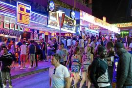 Calvià 'silencia' la música de 46 bares con la amenaza de multas de hasta 300.000 euros