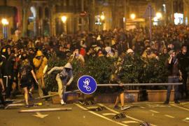 Manifestantes enfrentándose a la policía