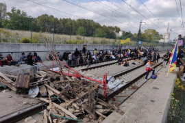 Manifestantes cortan la circulación de trenes en Badalona y Reus