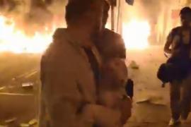 El padre que salió con su bebé en brazos por las llamas censura la desinformación