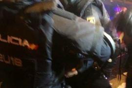 Compañeros del policía herido lo trasladan al furgón para llevarlo al hospital