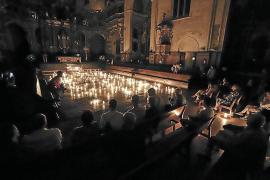 La basílica de Sant Francesc iluminada por velas