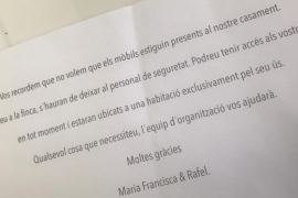 Un cartel avisa a los invitados que no pueden entrar móviles a la boda