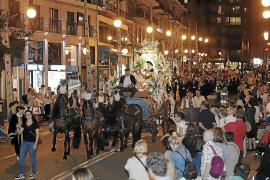 El Carro Triunfal de la Beata despierta entusiasmo a su paso por las calles de Palma