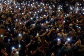 Una cadena humana separa a policías y manifestantes en Barcelona