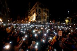 Miles de manifestantes se concentran frentel la Jefatura Policía en Barcelona