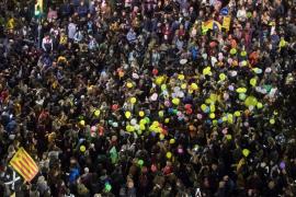 Miles de personas piden la dimisión de Buch en una protesta con globos en Barcelona