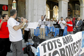 Las protestas de la Simfònica animan la mañana a los turistas
