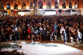 Un millar de personas convocadas por los CDR llenan la plaza España de Barcelona de 'Fairy'
