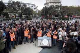 Un centenar de periodistas protesta por las agresiones en los disturbios de Barcelona