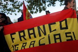 Una treintena de franquistas se concentra cerca de Mingorrubio y se escuchan vítores al dictador