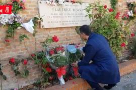 Sánchez lleva unas flores al lugar donde asesinaron a las Trece Rosas