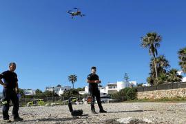 Técnicos de Emergencias manejando un dron