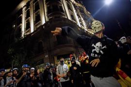 Lanzan huevos y latas a los furgones de Policía en la protesta de la Via Laietana de Barcelona