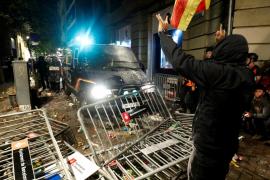 Cargas de los Mossos en Barcelona tras el lanzamiento de botellas y objetos a la policía